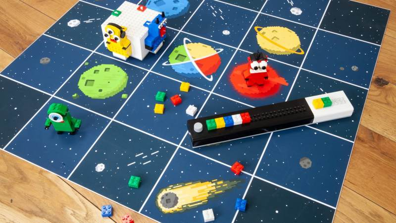 Schönes Spielfeld, das Programmierboard und der Roboter - das ist Lomo. (Foto: Kinematics GmbH)