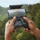 Mit Controller und Smartphone. (Foto: Parrot)