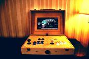 Arcade Suitcase: In diesem Holzkoffer steckt eine Spielkonsole