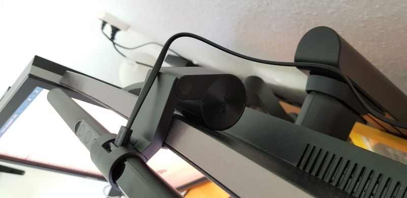 Die Halterung ist schwer, sodass die Lampe fest sitzt. (Foto: Sven Wernicke)
