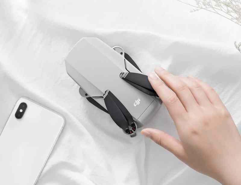 Etwas größer als ein Smartphone - die Mavic Mini. (Foto: DJI)