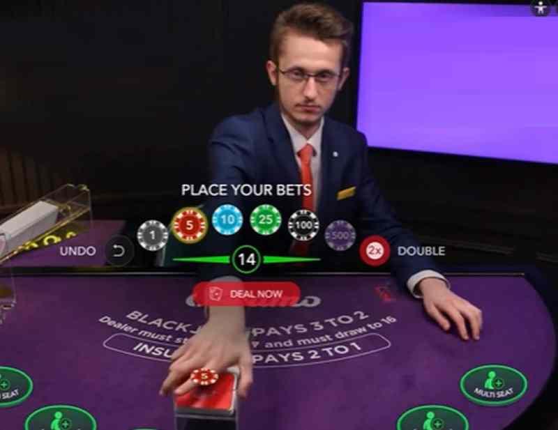 Mit haptischer Technologie könnt ihr eure Chips und Karten spüren. Natürlich könnt ihr eurem Live Casino Dealer auch die Hand schütteln oder ihn umarmen. (Foto: YouTube/Screenshot)