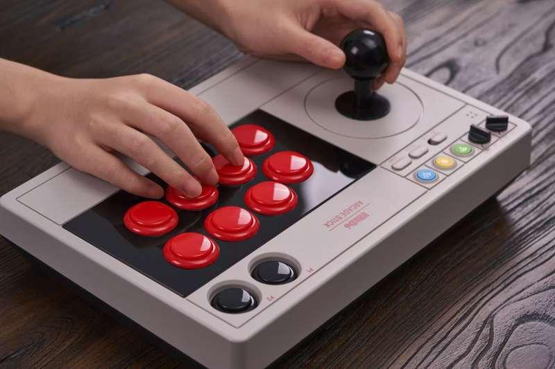 Genügend Tasten und ein robuster Joystick gibt es natürlich auch. (Foto: 8BitDo)
