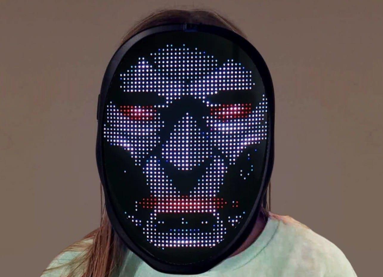 Schräg, diese LED-Maske. Durchgucken könnt ihr aber trotzdem. (Foto: Neon Culture)