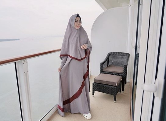 Padu Padan Tampil Modis dengan Mengenakan Gamis Abu-Abu