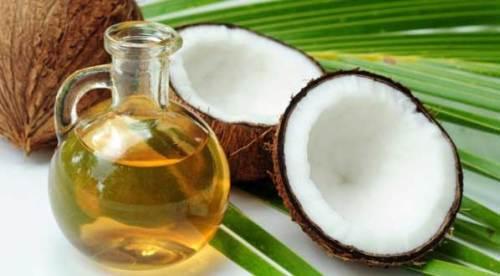 minyak-kelapa-sebagai-obat-bibir-pecah-dan-kering