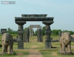 The Warangal Fort has impressive and beautifully carved thoranan arches, and pillars inside are spread over a radius of several hundred meters between Hanamkonda and Warangal