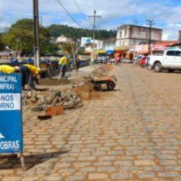 Prefeitura realiza melhorias do calçamento no entorno da Feira livre de Gandu