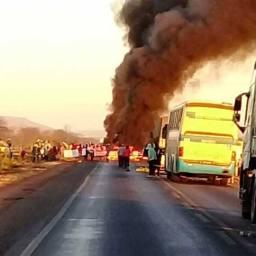 Caminhoneiros bloqueiam estradas em protesto contra aumento dos combustíveis