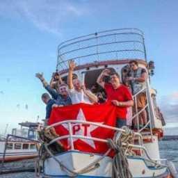 Lula chega de barco em Alagoas, troca elogios com Renan e critica Temer