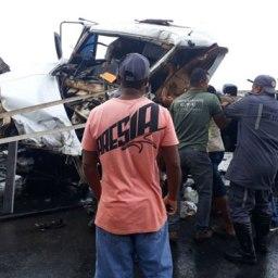 Colisão envolvendo três caminhões deixa três feridos e interrompe trânsito na BR-101