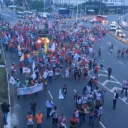 Em protesto contra a prisão de Lula, manifestantes fechan Av. ACM