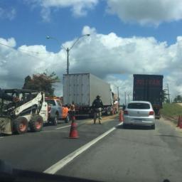 Colisão causa congestionamento de 5 km na BR-324