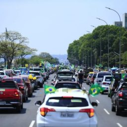 Mais de 10 mil veículos saem em carreata em favor de Bolsonaro em Brasília