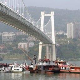 Ônibus cai de ponte após mulher discutir com motorista