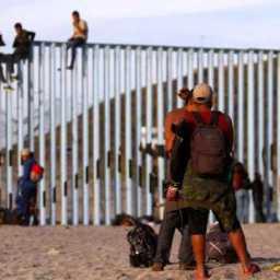 Marcha de imigrantes chega à fronteira do México com os EUA