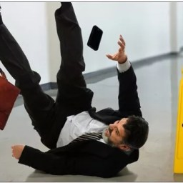 Cliente que caiu em chão escorregadio de supermercado será indenizado em R$ 7 mil