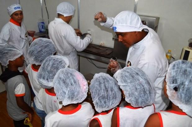 Estudantes-de-Itoror%C3%B3-e-Gandu-apresentam-experi%C3%AAncias-das-f%C3%A1bricas-escolas-de-chocolate-e-de-carne-do-sol-em-Salvador-1 Estudantes de Gandu e Itororó apresentam experiências das fábricas-escolas de chocolate e de carne do sol em Salvador