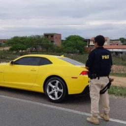 Camaro é apreendido após condutor ser flagrado sem CNH e débito em multas