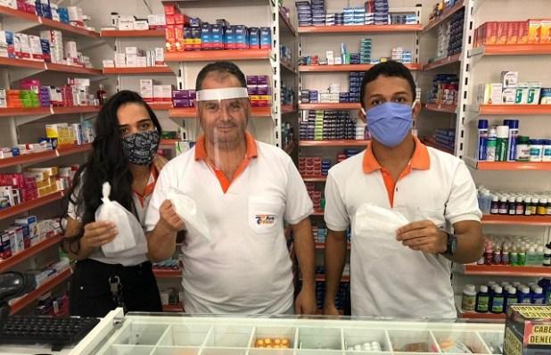 AGEUSP-e-time-Parque-Tur%C3%ADstico-fazem-doa%C3%A7%C3%A3o-de-m%C3%A1scaras-para-comerciantes-2 AGEUSP e time Parque Turístico promovem doação de máscaras no comércio de Gandu