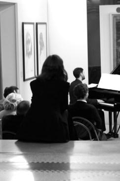 """Françoise Choveaux écoute ses compositions jouées en hommage au """"Groupe de Roubaix"""". Crédit photo : Anne-Sandrine Di Girolamo"""