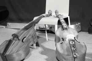 A gauche, le fac-similé de la basse de viole Michel Collichon du Musée de la Musique.