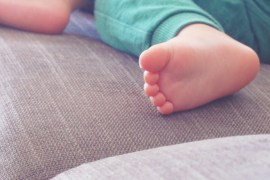 Petit pied- Mon bébé endormi sur le canapé- zara jogging