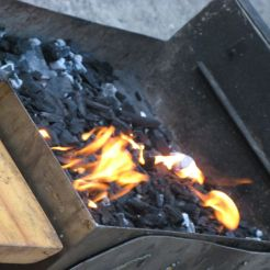 Vorbereitungen für das Fastenbrechen: Der Grill wir heiß gemacht