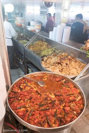 煮物など土地の料理が並ぶ。