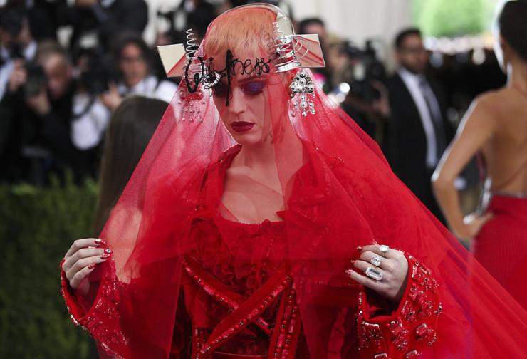 「ヘルボーイ」で有名な女優、ケイティー・ペリー(Katy Perry)の真紅のドレスをご覧ください。