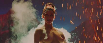 ジーナ・ガーション(Gina Gershon)が舞台で見せた妖艶なヌードを披露しました。