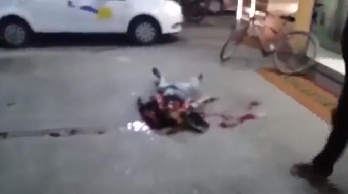 【閲覧注意】 路上で死んでいるのは強盗犯だそうです。