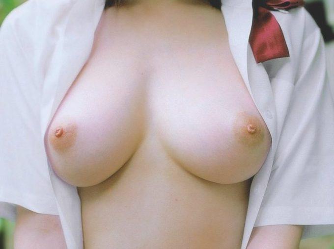 なぜ乳首は勃起するのでしょう? 興奮するので見せて欲しいですね。