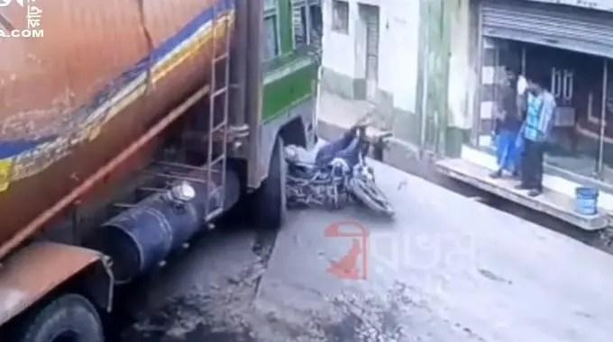 【閲覧注意】 バイクがトラックに潰される瞬間の衝撃映像!!