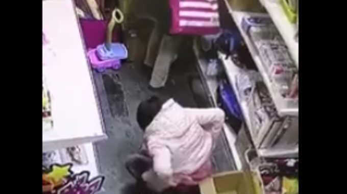 これが中国民度。 店内でおしっこをする女性。