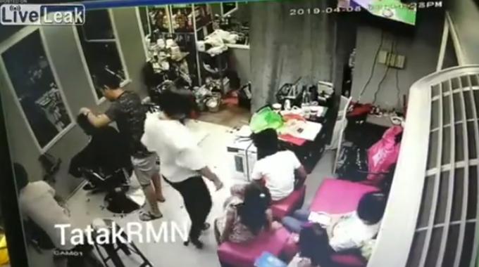 客が多いヘアーサロンで起こった一瞬の悲劇。
