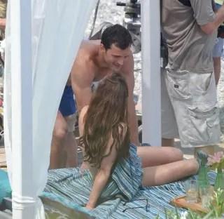 撮影中のトップレス姿を盗撮されたダコタ・ジョンソン(Dakota Johnson)のおっぱい。