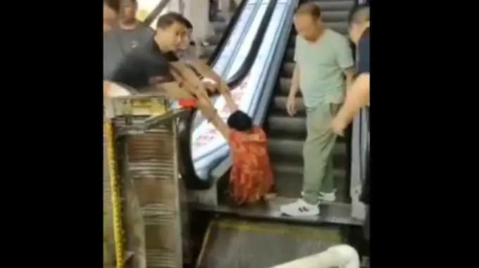 中国のエスカレーターで女性の足を切断するほどの事故が起きました。