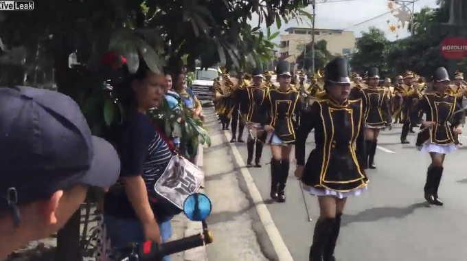 華やかな女性達のパレードの道の隅で明らかにオナってる人がいるね。