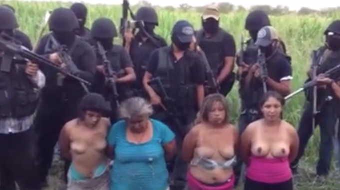 【閲覧注意】 メキシコの麻薬カルテルが4人の無抵抗の女性を一方的に処刑する映像です。