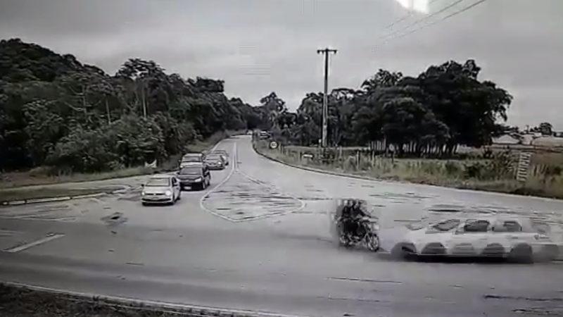 出会い頭の車とバイクの大事故でクラッ~~~シュ!!