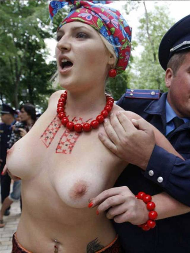 海外の女性達の「腹がたったから脱いでやる!!」って最高の心意気をご覧下さい。