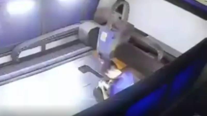 中国で男性作業員が何かに木を取られ機械に巻き込まれた瞬間の映像。