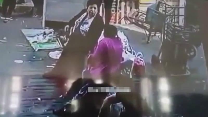 中国のショッピングモールで突如女性を襲ったものは?