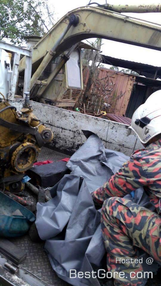 【閲覧注意】 マレーシアの道路工事で重機に押し潰された作業員。