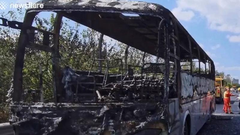 中国のハイウェイを走行中のバスが突然発火し炎上したようです。