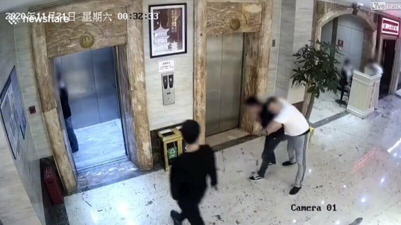 酔っ払いが突然倒れエレベーターのドアを突き破り落下したようです。 で、場所は中国。