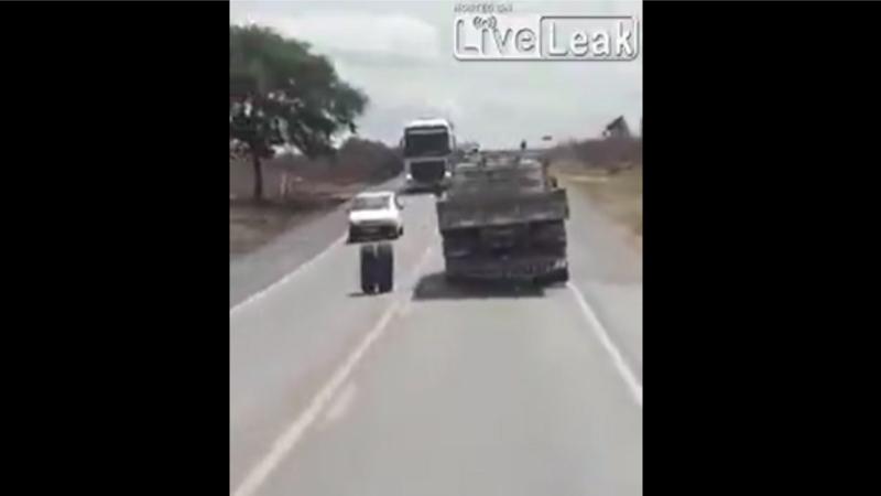 一度動き出したら誰にも止められないね。 トラックからタイヤが外れた結果!