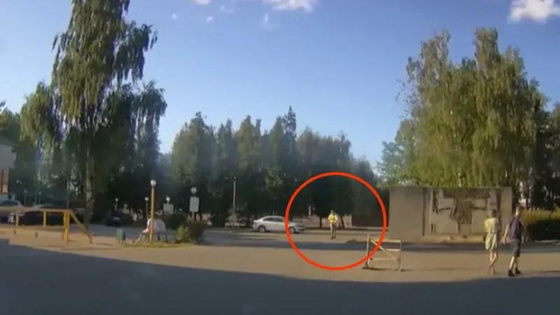 スマホを見ながらキックボードで走って来る男性がコチラに気付いて転倒してしまう。