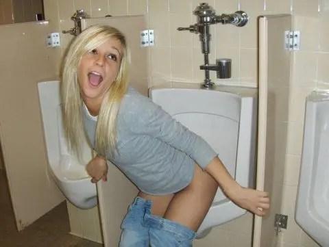 酔っ払っているのかふざけているのか男子便器でおしっこする女性がエロい!